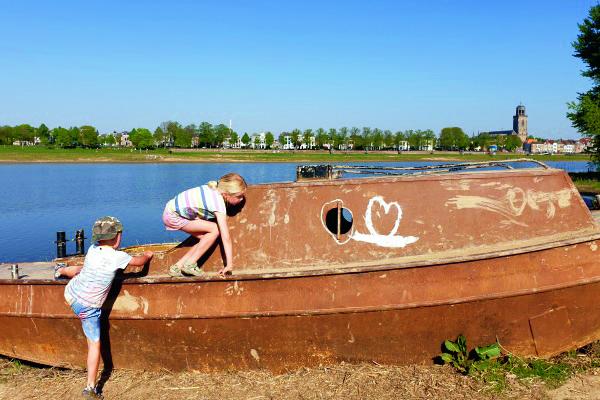 Spelen langs de rivier; met je tenen in het water of modderen in Woeste Willem