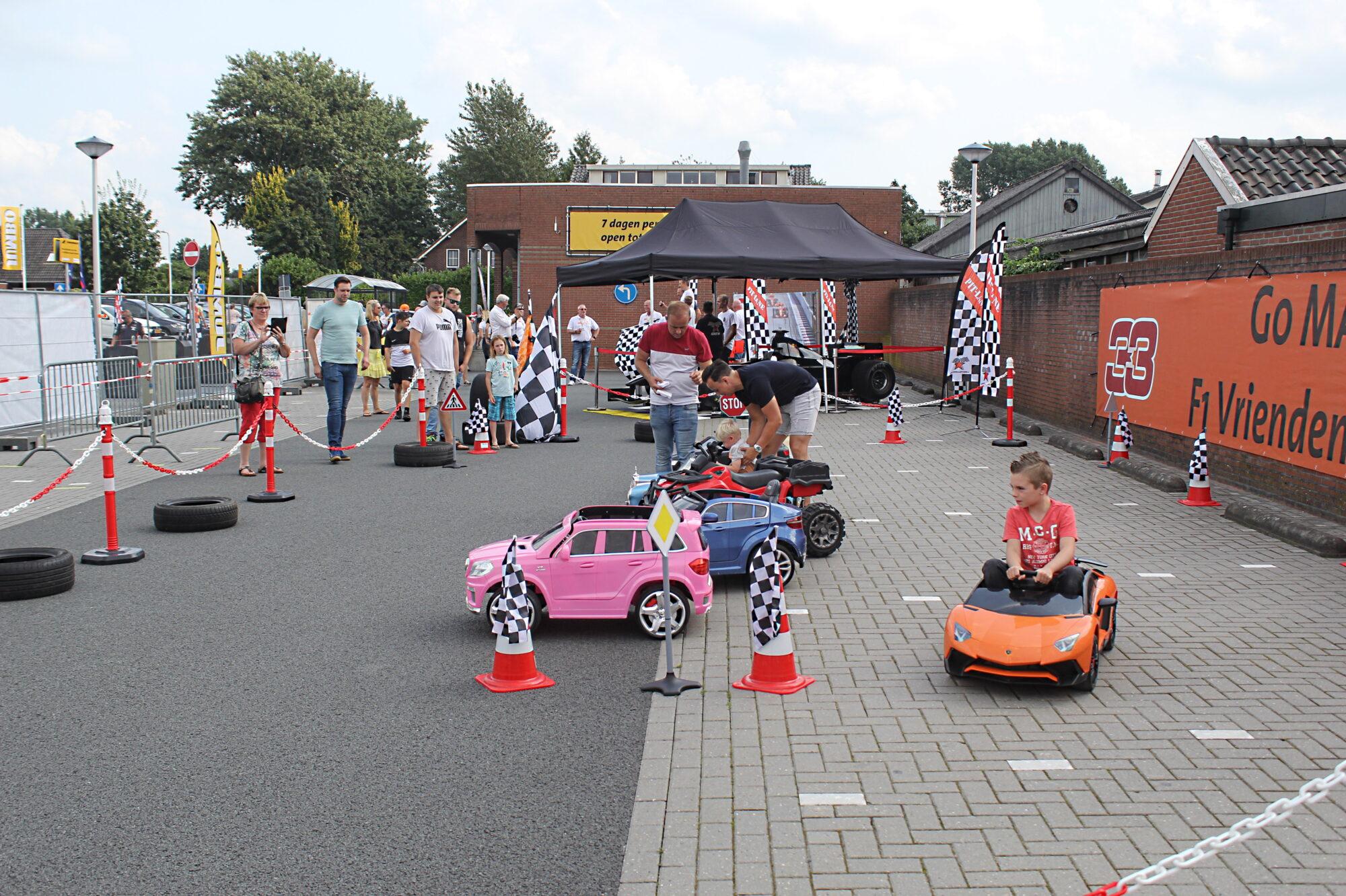 Max Verstappen auto bij de jumbo in Eerbeek trekt veel bekijks