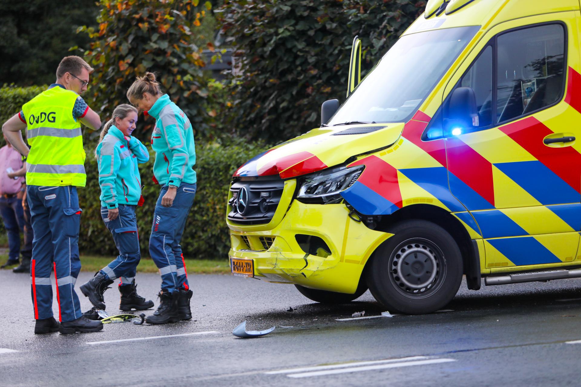 Ambulance botst op auto tijdens spoedrit