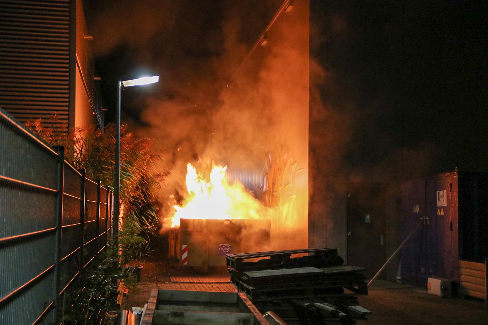 Felle brand op bedrijventerrein in Apeldoorn Noord