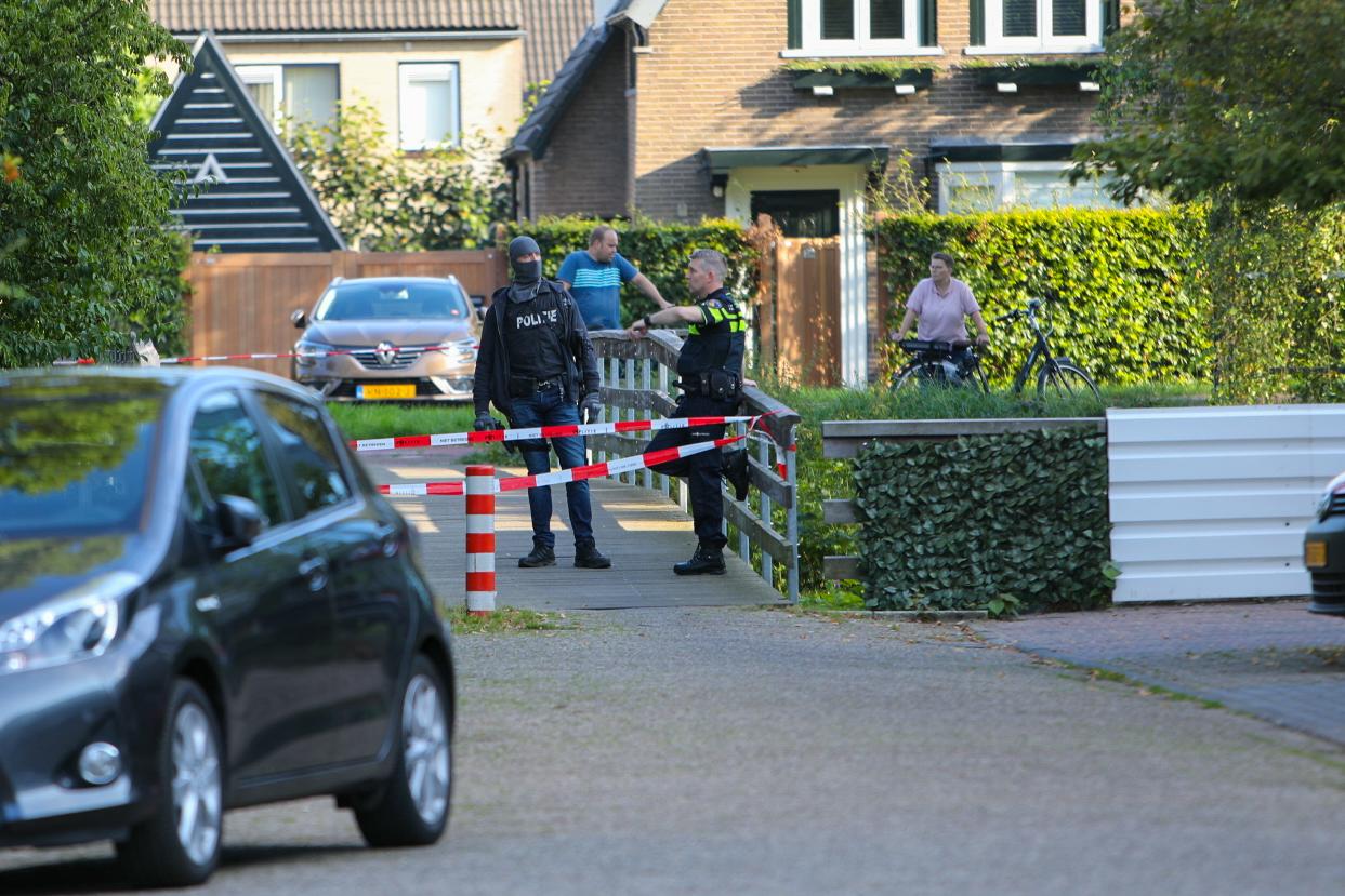 Arrestatieteam in actie op de Kervelstraat in Apeldoorn