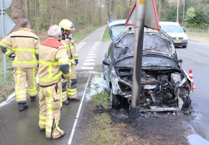 Auto vliegt al rijdend in de brand; bestuurster raakt niet gewond