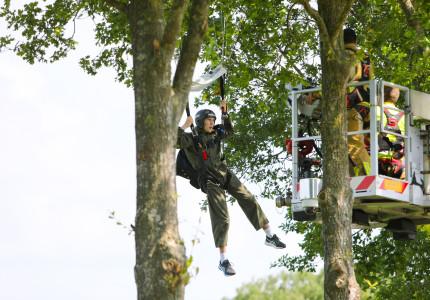 Parachutist belandt in boom bij Teuge