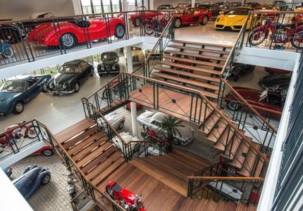 Vergaderen of lunchen te middenvan bijzondere klassieke auto's