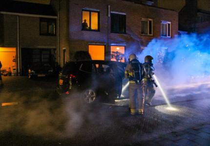 Auto vliegt in brand na doen kerstboodschappen.