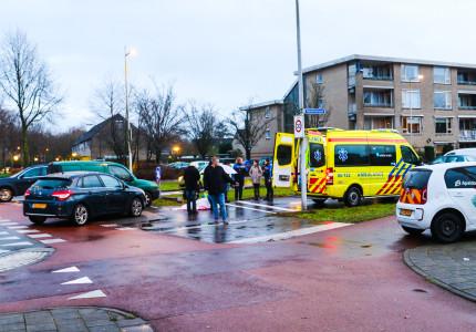 Fietsster gewond bij aanrijding met auto op de Gildenlaan in Apeldoorn