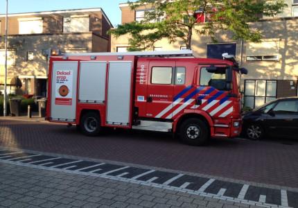 Bewoners ruiken een flinke brandlucht en bellen de Brandweer