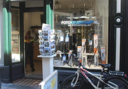 Mogelijke overval op camerazaak in centrum van Zutphen; politie doet onderzoek