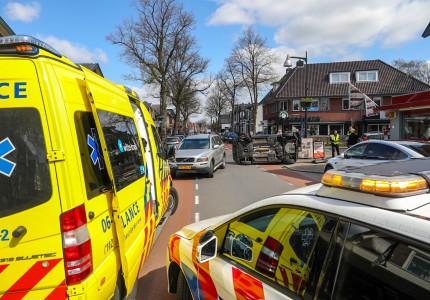 Auto belandt op zijn kant in Apeldoorn