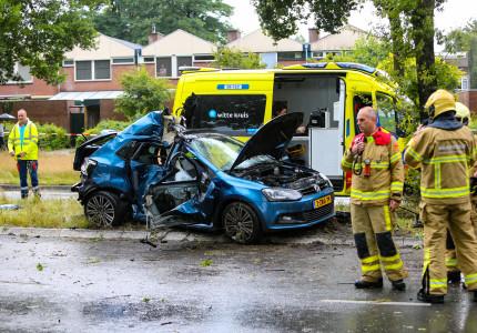 Ernstig ongeval Laan van Erica; auto vol lachgas botst tegen boom