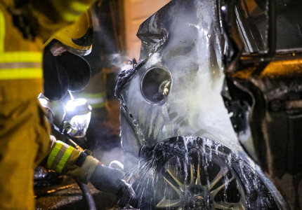 Auto in brand aan de Kruizemuntstraat