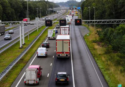 File na botsing tussen vrachtwagen en auto op de A50