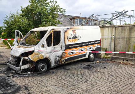 Bestelbus in de brand; politie doet onderzoek