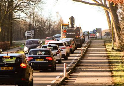 Lange file na aanrijding tussen drie autos bij Deventer'
