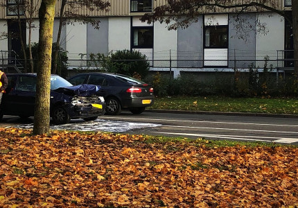 Personenauto botst op vrachtwagen