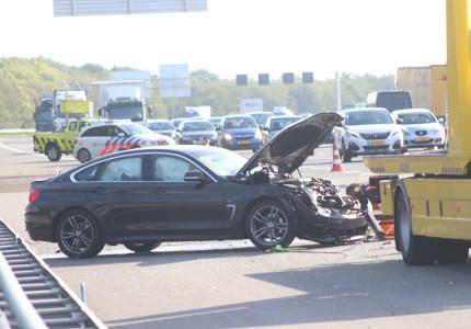 Vrachtwagen botst achterop personenauto op de A1