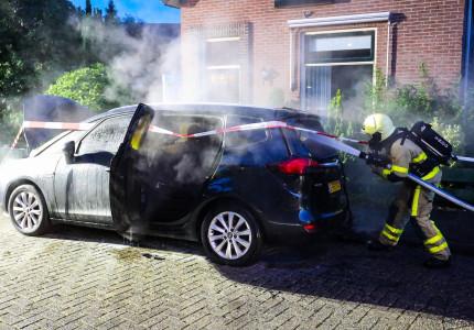 *VIDEO* Auto brandt volledig uit in Weimarstraat; brandstichting niet uitgesloten