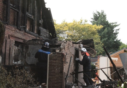 Explosie en brand verwoesten woning