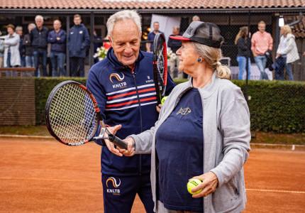 Jacco Eltingh bij start OldStars tennis in Apeldoorn