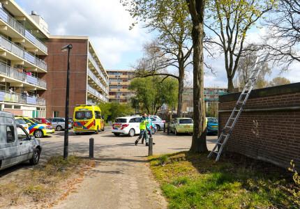 Ernstig gewonde na val van hoogte in Apeldoorn; traumahelikopter geland