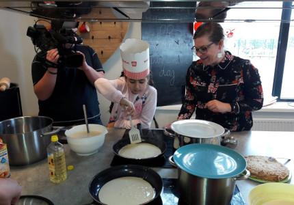 Leerlingen bakken pannenkoeken voor Zuid doet Samen