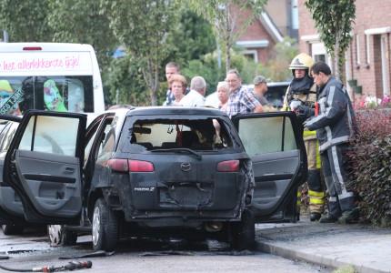 Auto gaat in vlammen op in Twello, mogelijk brandstichting