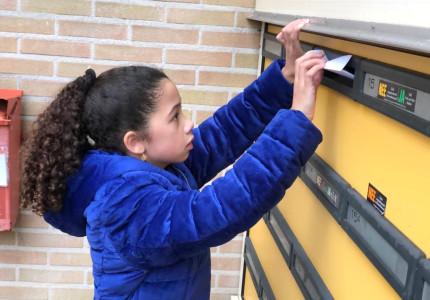 Kinderen brengen honderden kaarten met zelfgemaakte foto's langs bij Deventer woon- zorgcentra