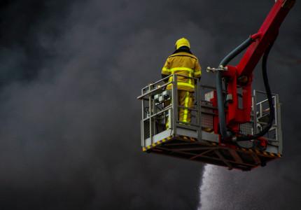 Zeer grote brand in rietgedekte woning Voorst