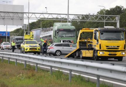 Snelweg A1 korte tijd afgesloten na ongeval tussen vrachtwagen en personenauto