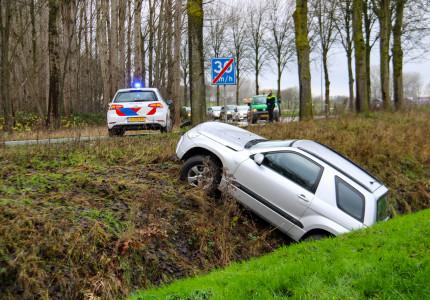 Auto raakt van de weg in Wilp en belandt in greppel