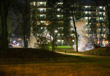 Politie grijpt in nadat jongeren met vuurwerk gooien