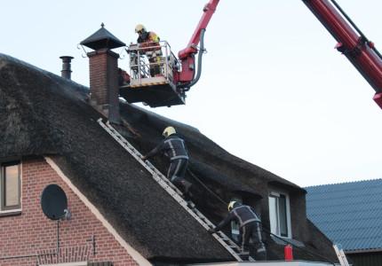 Rieten dak door brand beschadigd