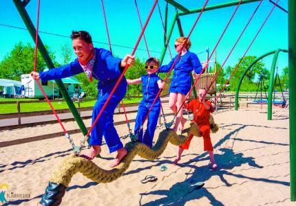 Speeltuin De Flierefluiter: Klimmen, zwemmen, schommelen en nog heel veel meer!