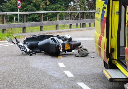 VIDEO | Scooterrijdster raakt gewond bij aanrijding op Veldweg in Klarenbeek
