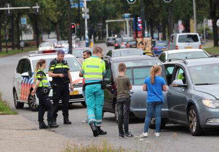 Auto rijdt door na ongeval; Politie zoekt getuigen