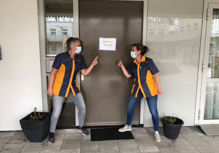 Collega's Deventer Ziekenhuis schieten verpleeghuis te hulp: 'Het is mooi dat we elkaar zo in de regio kunnen steunen'