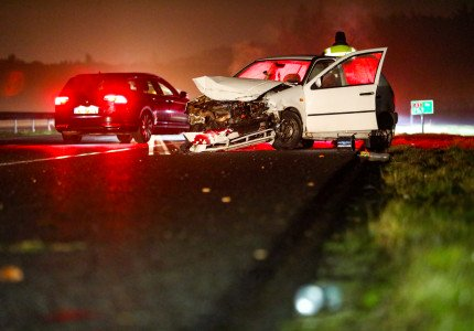 Politieachtervolging na misdrijf in Gouda eindigt in crash op A1 bij Apeldoorn: meerdere politie-auto's geramd, bestuurder gewond en aangehouden, snelweg dicht