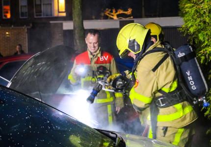 Auto vat vlam door vuurwerk