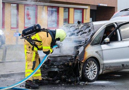 Taxi vliegt al rijdend in brand