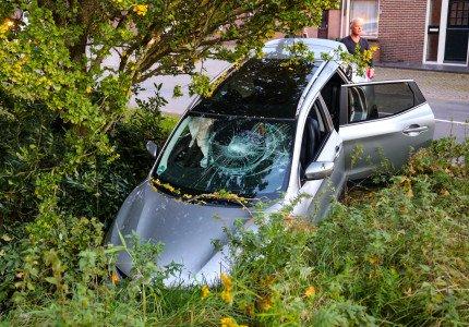 'Harde' botsing in Nijbroek; auto belandt in sloot