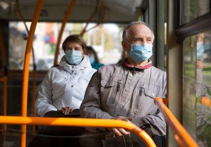 Uitleg over reizen met trein en bus aan 55-plussers