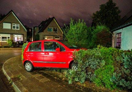 Automobilist belandt in tuin van woning