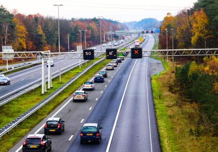 Lange file door ongeval op de A50; Twee rijstroken dicht