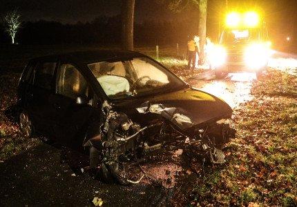 Motorblok slingert uit auto na frontale botsing tegen boom