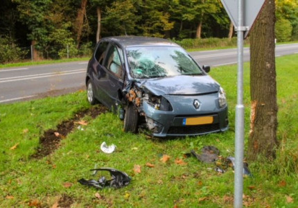 Gewonde bij ongeval in Warnsveld; auto botst tegen boom