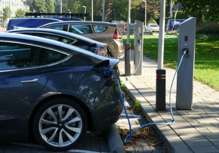 Aantal elektrische auto's stijgt sneller dan laadpalen: gemiddeld drie auto's per paal
