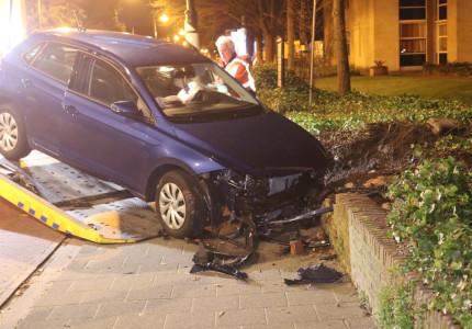 Auto komt bij eenzijdig ongeval in tuin van hospice terecht