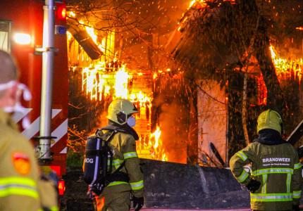 Uitslaande brand in schuur Beekbergen; Bij de brand komt veel rook vrij