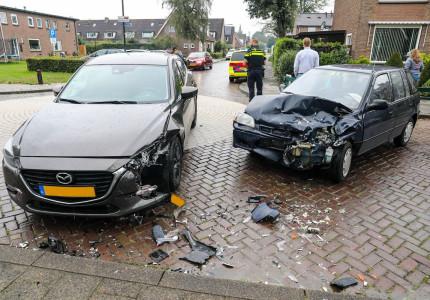 Gewonde en veel schade na ongeval door voorrangsfout in Apeldoorn