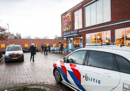 Gewapende overval in Vaassen op supermarkt; politie doet onderzoek